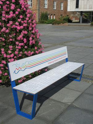 Jazz 01 HPL Sitzbank aus HPL und Stahl ohne Armlehnen – Individualdekor und Farbbeschichtung möglich! Robust und farbstabil.