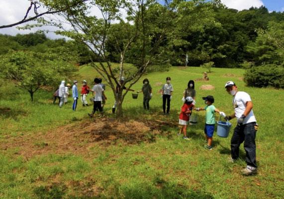 バケツリレーで水を運ぶ