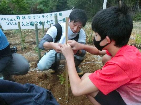 木札を括り付ける指導