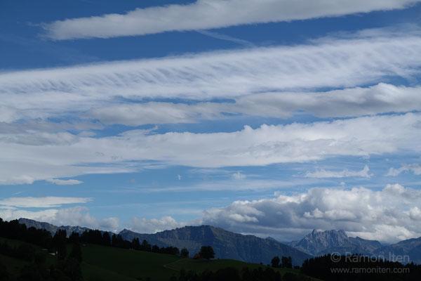 Gestreifte Wolken über Federispitz
