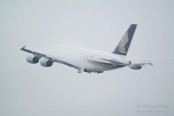 A380 der Singapore Airlines steigt in den Nebel