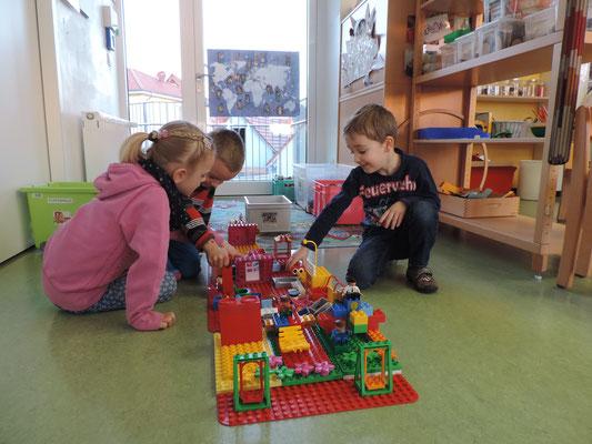 """Auf dem """"Duploplatz"""" treffen wir uns zum gemeinsamen Bauen."""