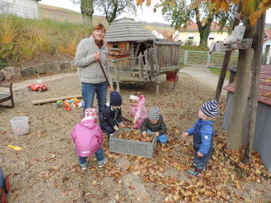 Im Herbst helfen wir beim Laub sammeln ....