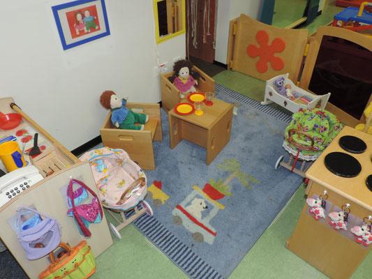 In der Puppenecke wohnen unsere Puppen Natalie und Leo. Wir kochen für sie und fahren sie in den Pupppenwagen spazieren!