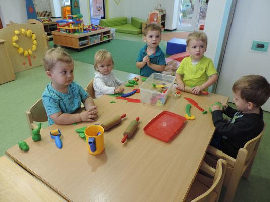 Mit den anderen Kindern zu kneten macht Spaß und die Feinmotorik wird gefördert.