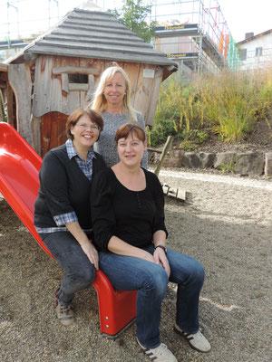 Wir sind das Erzieherteam aus der Krippe: Krippenleiterin Susanne Oestreicher, Isolde Traub (vorne links) und Steffi Frenzel (vorne rechts)