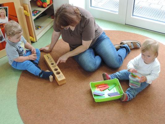 Hier spielen die Kinder mit Montessorimaterial ...