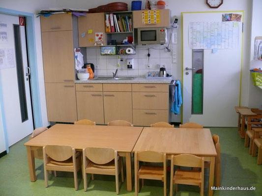 Es gibt einen Tisch zum Essen, Malen, Basteln, Puzzle machen, Kneten und Spielen mit Montessori-Material.