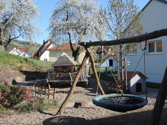 ... unser Spielplatz im Frühling ....   ;)