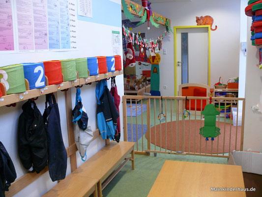 Wir haben eine Garderobe mit eigenem Platz für jedes Kind, Gummistiefelregal und Infotafel für die Eltern.
