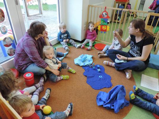 """.... Präsentation eines Geschichtensäckchens! Die Kinder lernen die Farbe """"blau"""" kennen. Mit Hilfe von Figuren erzählen wir Geschichten, die in einem Säckchen aufbewahrt werden."""