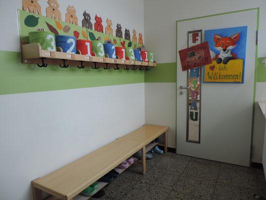 ...in der Gardarobe hat jedes Kind seinen eigenen Platz für Jacke und Büchertasche ...