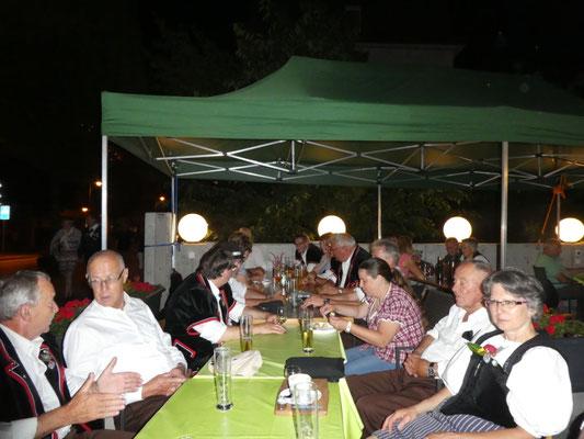 Reto organisiert ein Raclette, Fritz führt aus