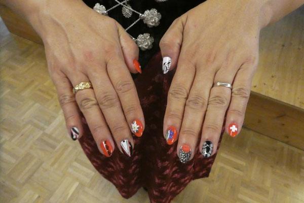 Claudia gibt alles- sogar toll bemalte Fingernägel