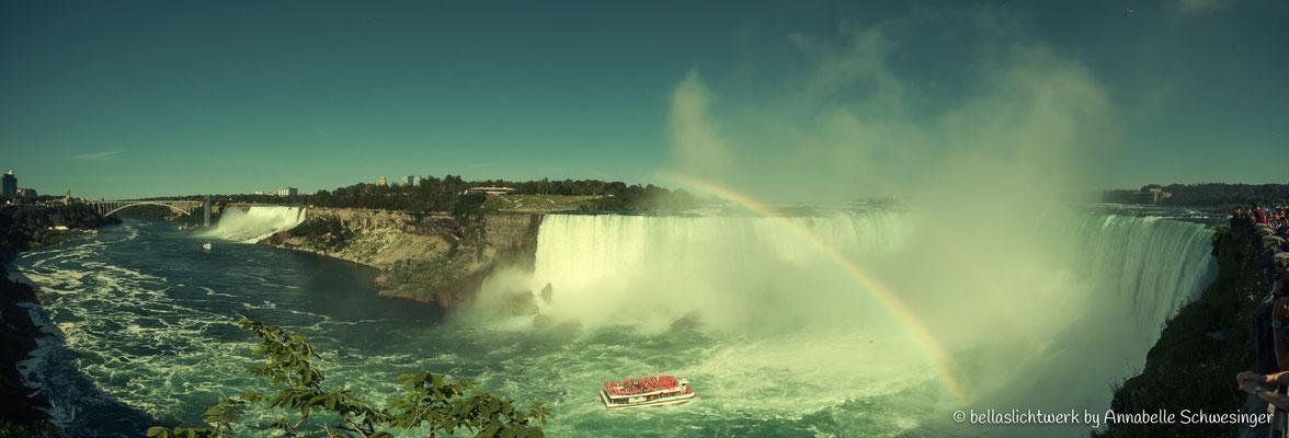 Panorama Horseshoe Falls, American Falls und Bridal Veil Falls mit Hornblower Ausflugsboot