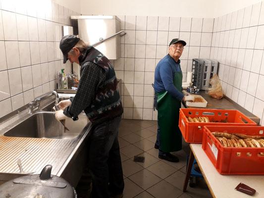 Vorbereitung: beim Fische putzen und würzen