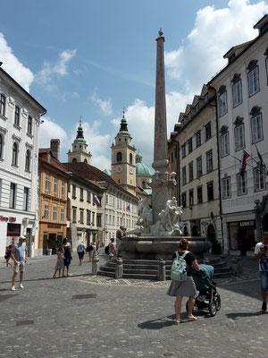Ljubljana, Obelisk mit dem St. Nikolaus-Dom im Hintergrund