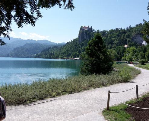 Am Bleder See mit der Burg