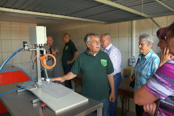 Vorstand Hans Fetsch erläutert die Funktionsweise der Obstpresse und Pasteurisieranlage
