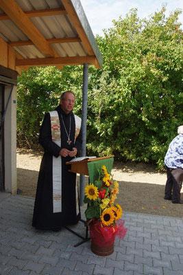 Abt Markus Eller weiht die erweiterte Kelterei mit Pasteurisieranlage ein