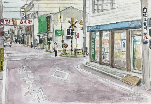 商店街・踏切傍
