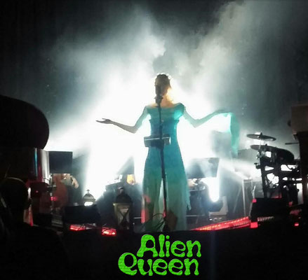 Alien Queen, Nicolá MelissiAn live on stage, December 17th, 2017 - mobile foto by a fan