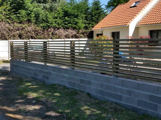 mur en parpaing et palissade en bois sur mesure
