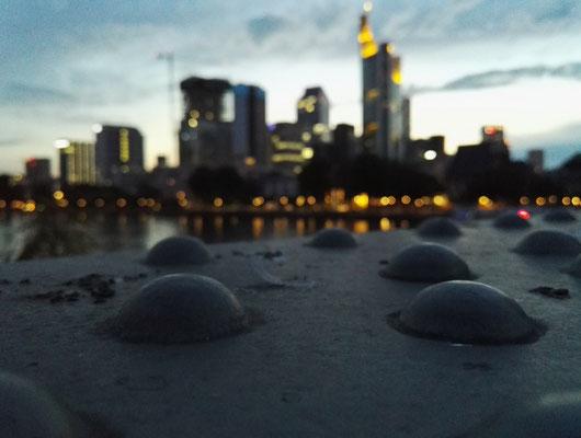 Eiserner Steg mit Skyline von Frankfurt im Hintergrund.