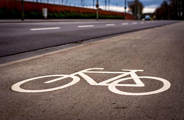Radweg in Frankfurt mit Fahrradsymbol auf der Fahrbahn.