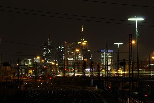 skyline frankfurt mit sicht auf hauptbahnhof