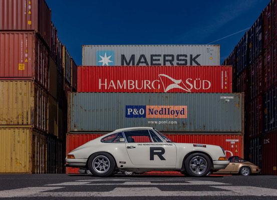Porsche 911 vor Frachtcontainer