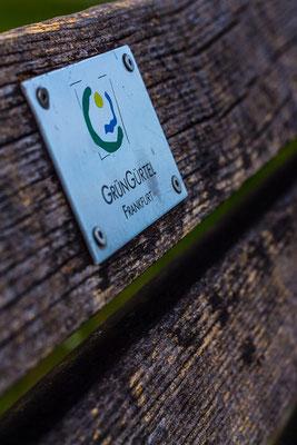 grüngürtel frankfurt hinweisschild auf einer parkbank