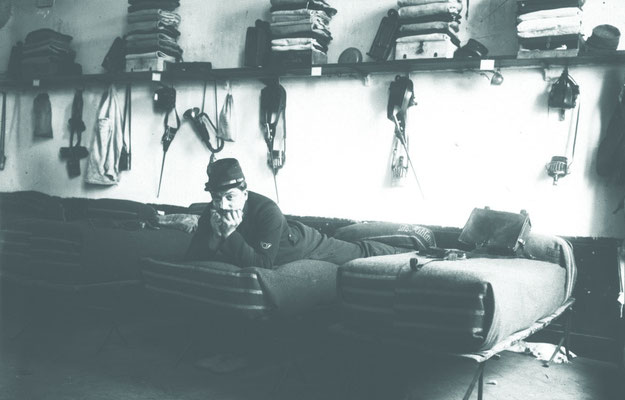 Soldat dans une chambre de caserne ©Gallica agence Roll