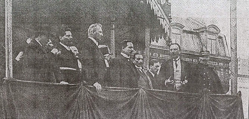 Tribune officielle lors de l'inauguration du monument aux morts