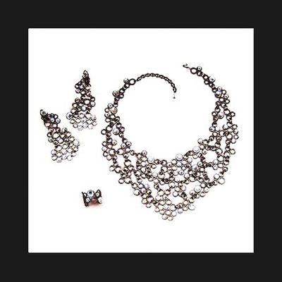 """Collection """"Luna"""" - 1999 Bague, collier et boucles d'oreille. Eléments en bronze articulés et sertis de strass."""