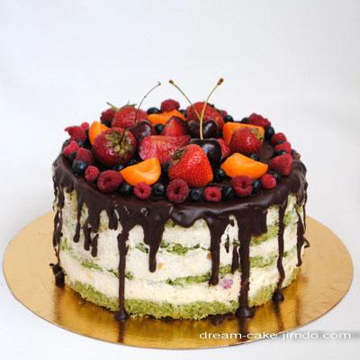 Шпинатный бисквит, сметанный крем, ягоды