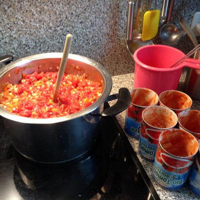 Tomaten darunter gemischt, gewürzt, aufgekocht und fertig