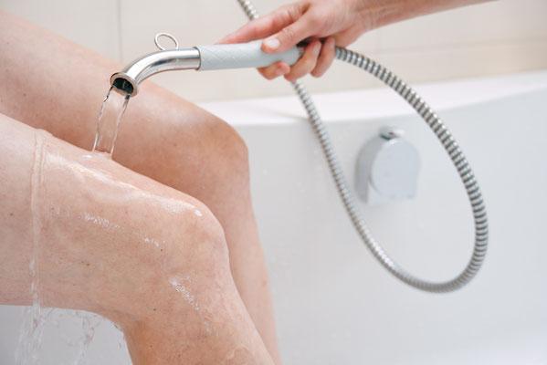 Knieguß mit dem Wassergießrrohr