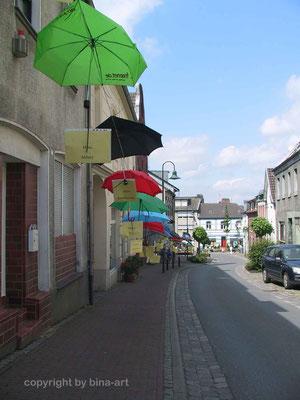 Gut beschirmt die erste. Weginstallation in Wassenberg 2008
