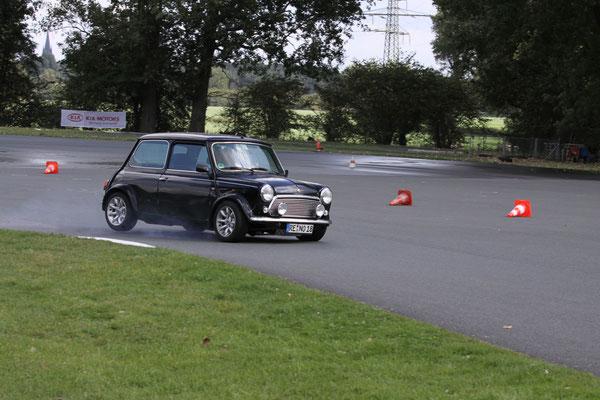 Classic Mini im Grenzbereich Einfahrt Doppelrechtskurve