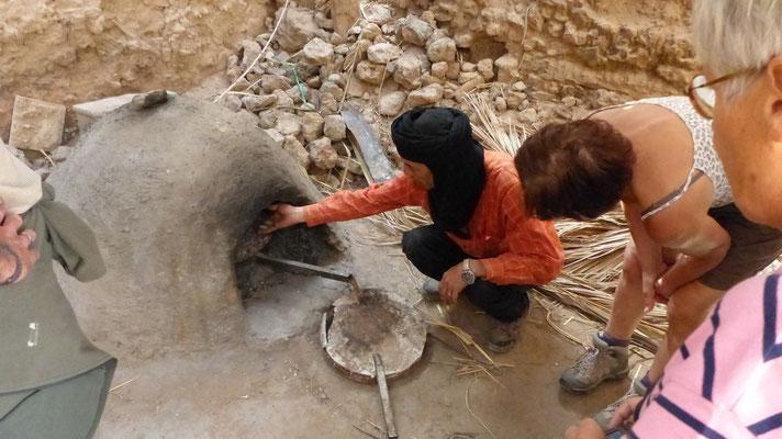 Youssef nous montre un four à pain traditionnel