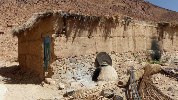 Un four traditionnel en terre à l'extérieur d'une maison