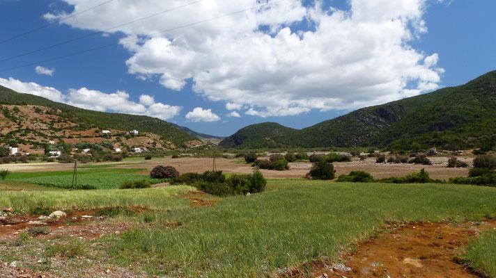 Paysage verdoyant vers les gorges de l'oued Laou...