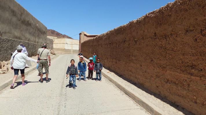 Des enfants sortant de l'école viennent nous saluer et demander des stylos ou des bonbons