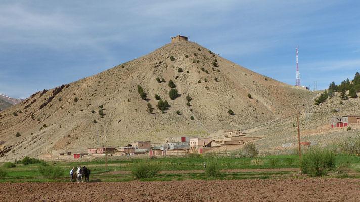 Agadir au sommet d'un cône pierreux