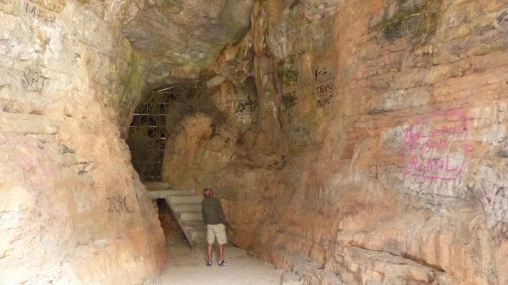 L'entrée de la Grotte du Chameau