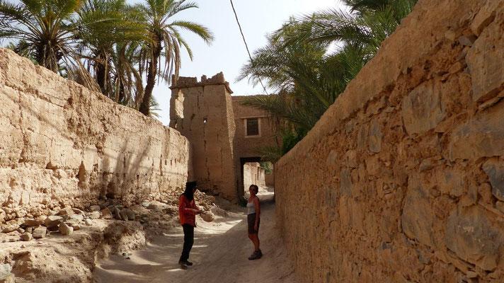 Nous entrons dans l'ancien village, peuplé de quelques familles