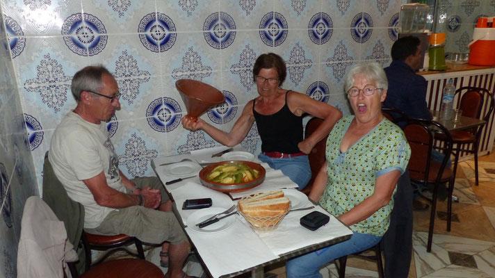 Tajine, le soir au restaurant: légumes divers, boeuf et poulet