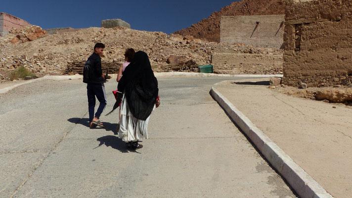 Un jeune bien gentil nous guide dans le village d'Icht