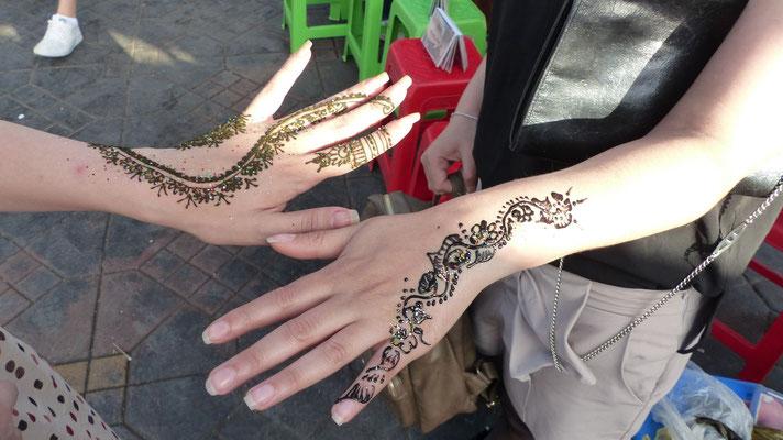 Tatouage au henné sur les mains de 2 demoiselles